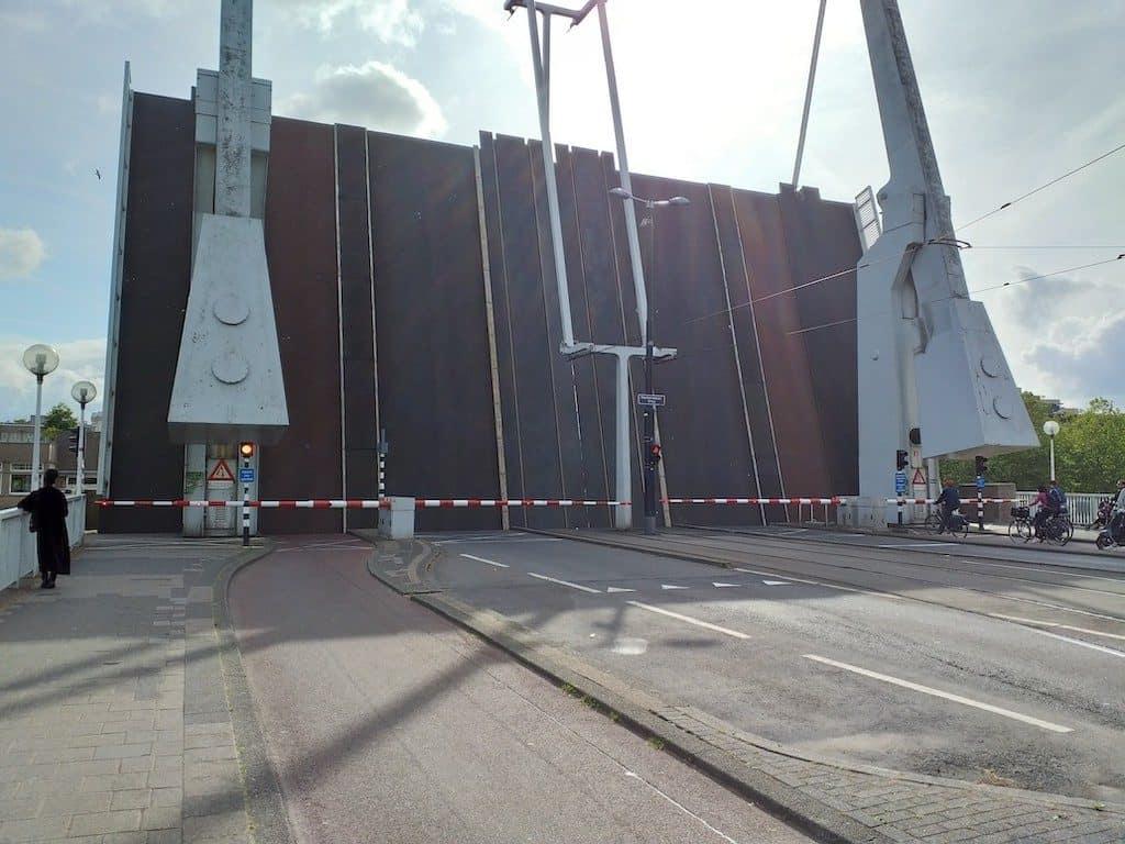 Nieuwe slijtlaag op de Rotterdamse Mathenesserbrug