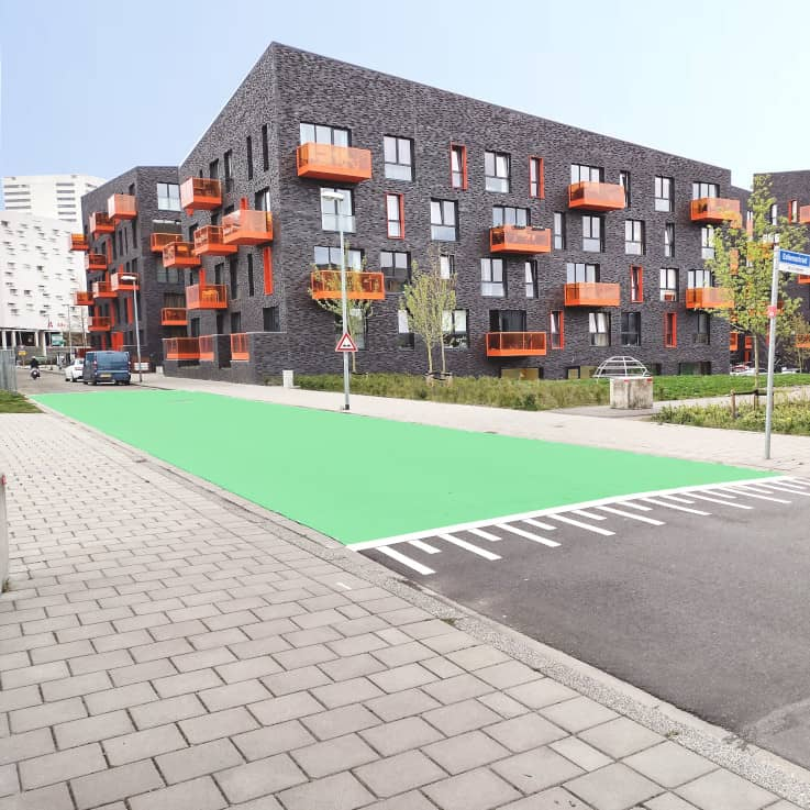 Groene asfaltstrook in Groningen